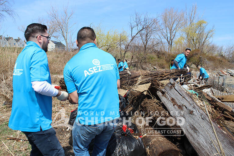 ASEZ volunteers put their strenght together to clean up Clason Point Park.