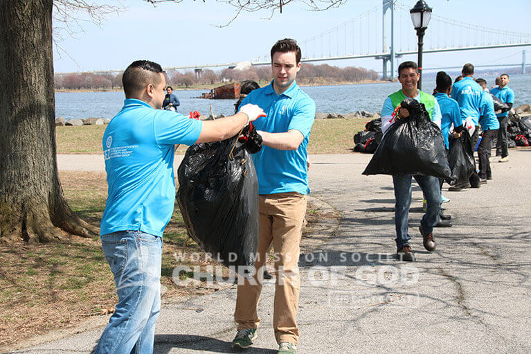 ASEZ volunteers working together to clean Clason Point Park.