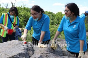 ASEZ student volunteers removing graffiti at the Cranberry Lake Preserve