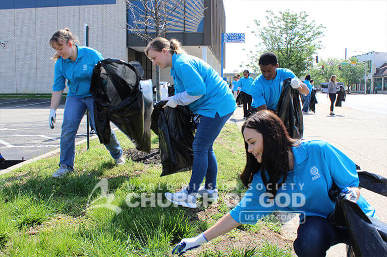 ASEZ volunteers cleaning up trash from the JCTC campus in Louisville