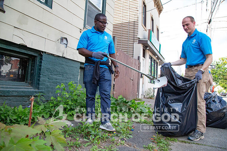 Councilman Owusu Aneke cleaning up waste in Albany with ASEZ.