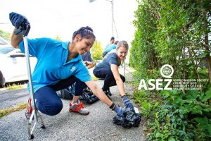 ASEZ volunteers happily picking up trash from the roadside in Albany.