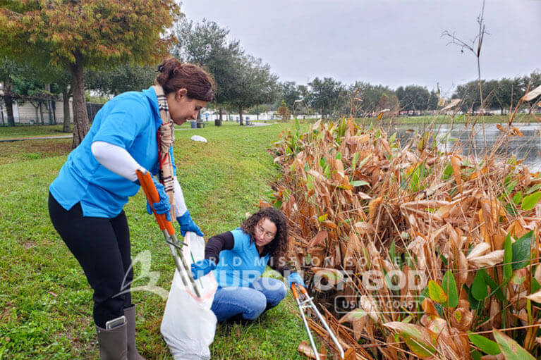 Volunteers from ASEZ cleaning up Leroy Hoequist Park in Orlando, FL.