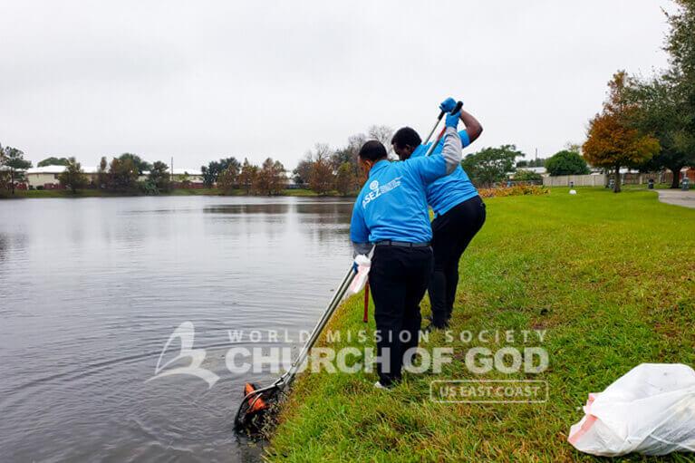 ASEZ volunteers removing trash from Lake G in Orlando, FL.