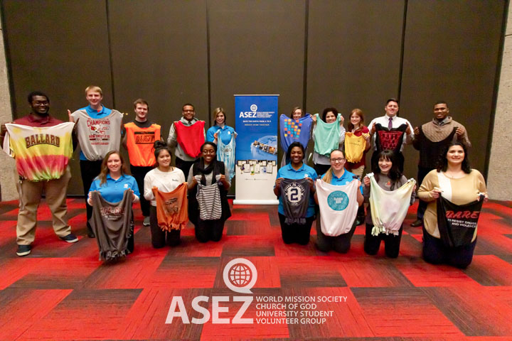 UofL students take a group shot with their ASEZ DIY tote bags